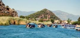 Barcos recorriendo el río Dalyan