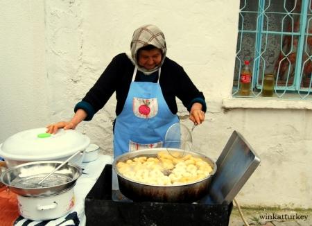 Ama de casa friendo lokma, un dulce típico turco.