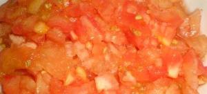 Tomates pelados y cortados