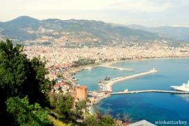 """Vista desde el castillo de la ciudad, en la que se distingue la famosa"""" torre roja"""""""