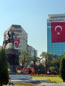 Estatua de Ataturk en Izmir el 23 de abril