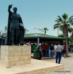 Establecimiento donde se celebra la lonja, por supuesto la estatua de Ataturk presidiendo la plaza