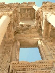 Biblioteca de Celso. Construida entre los años 100-110 por Gaius Iulius Aquila para su padre el senador Tiberius Iulius Celsus
