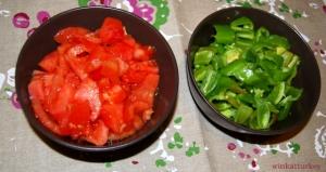 Tomates frescos y pimientos frescos cortados