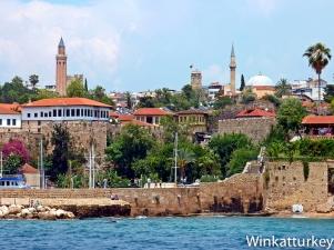 Entrada al puerto antiguo con minarete Yivli a la izquierda