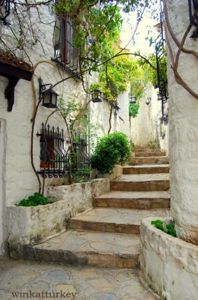 Una de sus blancas calles, a mi siempre me recuerda a Tarifa.