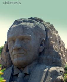 Atatürk esculpido en piedra
