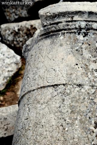Inscripciones visibles en columnas