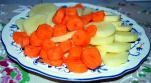 patatas y zanahorias peladas y cortadas